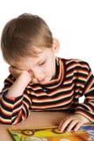 утомлянный мальчик книги Стоковая Фотография