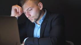 Утомлянный молодой бизнесмен анализируя финансовый отчет, кладет eyeglasses и тереть его глаза в офис Осадка акции видеоматериалы