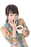 Утомленная азиатская женщина с чашкой кофе стоковые изображения rf