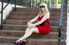 Утомленная бизнес-леди сидит на шагах офиса Стоковая Фотография