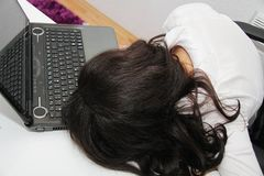 Утомленная бизнес-леди упала уснувший рядом с компьтер-книжкой Стоковые Фотографии RF