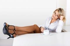 Утомленная девушка в офисе Стоковые Изображения