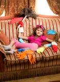 Утомленная девушка ослабляя на софе после убирать дом Стоковые Изображения RF