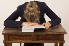 Утомленная девушка читая книгу Стоковая Фотография RF