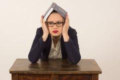 Утомленная девушка читая книгу Стоковые Изображения RF