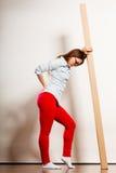 Утомленная женщина двигая в коробку нося квартиры стоковое фото rf