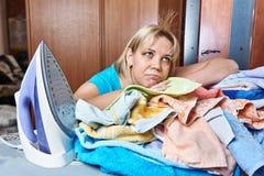 Утомленная женщина на утюжа доске стоковое фото