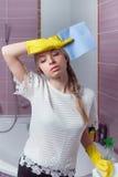 Утомленная женщина после домашнего хозяйства стоковые изображения rf