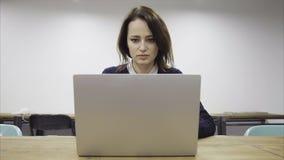 Утомленная женщина работает поздно видеоматериал