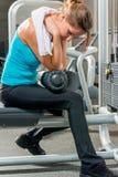 Утомленная заботливая девушка в спортзале Стоковая Фотография RF