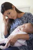 Утомленная мать страдая от депрессии столба натальной Стоковые Фото