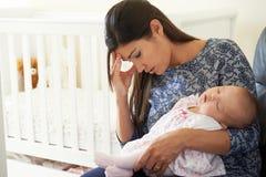 Утомленная мать страдая от депрессии столба натальной Стоковая Фотография RF