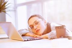 Утомленная независимая женщина Стоковое Фото