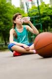 Утомленная питьевая вода маленькой девочки Стоковая Фотография
