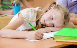 Утомленная школьница балует зрение во время экзамена Стоковое Изображение RF