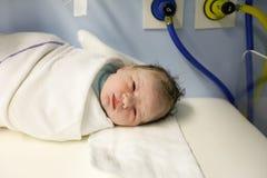 Утомленное но здоровое newborn, обернутый в одеяле Стоковые Изображения