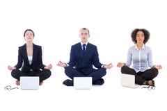 Утомленные бизнесмены сидя в йоге представляют при изолированные компьтер-книжки Стоковая Фотография