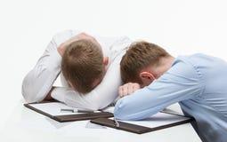 Утомленные бизнесмены сидя на таблице Стоковое фото RF