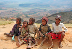Утомленные дети сидят на песке Мадагаскар антенн стоковое изображение