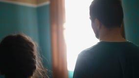 Утомленные молодые пары идут в гостиничный номер и падения на кровать сток-видео
