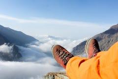 Утомленные ноги альпиниста в ботинках на горах Стоковое фото RF