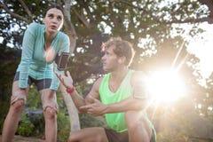 Утомленные пары ослабляя после jogging Стоковые Изображения