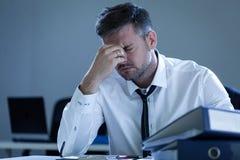 Утомленный бизнесмен в офисе стоковые изображения rf
