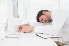 Утомленный бизнесмен спать на клавиатуре стоковые фото