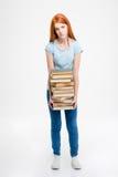 Утомленный вымотанный стог положения и удерживания женщины книг Стоковые Изображения RF
