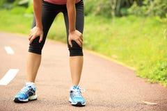 Утомленный женский бегун принимая остатки после бежать Стоковые Фотографии RF