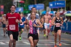 Утомленный нажим бегунов для финишной черты на гонке дороги Peachtree Стоковое Фото