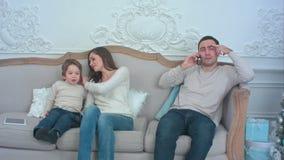 Утомленный отец говоря на телефоне пока мать играет с их милым мальчиком сток-видео