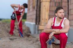Утомленный отдыхать рабочий-строителя Стоковое фото RF