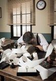 Утомленный перегружанный бухгалтер в офисе, стиле 1950s Стоковое Фото