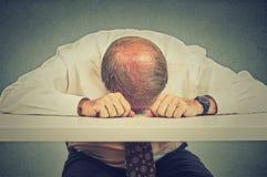 Утомленный пожилой человек спать в его офисе Стоковая Фотография