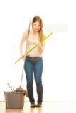 Утомленный пол женщины чистки mopping Стоковая Фотография RF