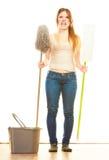 Утомленный пол женщины чистки mopping Стоковые Фотографии RF