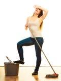 Утомленный пол женщины чистки mopping Стоковые Фото
