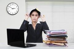 Утомленный работник с обработкой документов в офисе Стоковое Фото