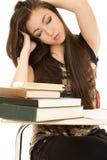 Утомленный студент девушки наблюдает закрытые руки в ее волосах Стоковая Фотография
