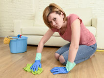 Утомлянная женщина усиленная и убирающ дом моя пол на ее коленях Стоковые Фотографии RF