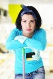 Утомлянная и вымотанная женщина чистки Стоковое Изображение RF