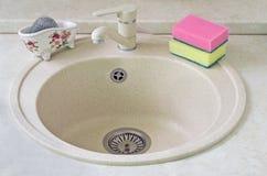 Утоните для изделий от керамики металла и губки для мыть Стоковое Изображение