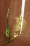 Утончите зеленую бутылку с sprigs спаржи внутрь и снаружи Glar стоковое изображение rf