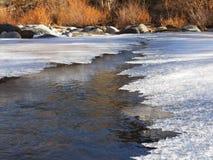 Утончите лед на реке в последней осени стоковая фотография rf