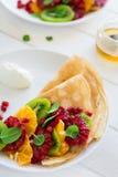 Утончите crepes с свежим кивиом, апельсином, сицилийскими листьями апельсина, меда, сливк и мяты Стоковое Изображение