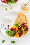 Утончите crepes с свежим кивиом, апельсином, сицилийскими листьями апельсина, меда, сливк и мяты Стоковые Изображения RF