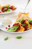 Утончите crepes с свежим кивиом, апельсином, сицилийскими листьями апельсина, меда, сливк и мяты Стоковое фото RF