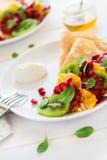 Утончите crepes с свежим кивиом, апельсином, сицилийскими листьями апельсина, меда, сливк и мяты Стоковая Фотография