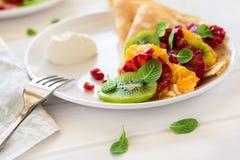 Утончите crepes с свежим кивиом, апельсином, сицилийскими листьями апельсина, меда, сливк и мяты Стоковое Фото